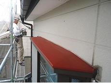長岡京市の屋根外壁塗装リフォーム。軒先とひさしの板金に錆止めを塗りました。
