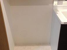 大山崎町のリビングリノベーション。広くなった洗面室です。クロスも床もキレイになっています。