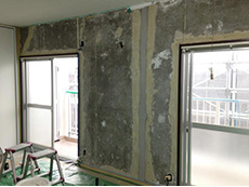 長岡京市の中古マンションリノベーション。クロスを剥がしたリビングダイニングの壁です。全ての壁に漆喰を塗ります。
