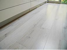 西京区のキッチン増築リフォーム。キッチンの床に使用したのは、パナソニック アーキスペックフローリングのホワイトオーク。