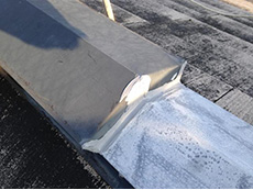 大山崎町の外壁屋根塗装リフォーム。板金の継ぎ目の部分は、コーキングで防水処理をしました。