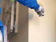 長岡京市の外壁塗装リフォーム。3回目の外壁を塗っています。手塗りローラーは吹き付けよりもしっかり塗り重ねることが出来ます。