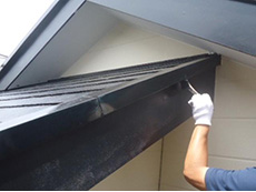 長岡京市の屋根外壁塗装リフォーム。軒先の板金に錆止めを塗った後、上塗りで仕上げています。