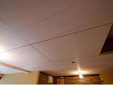 ライオンホームでリノベーション。天井に板を張りました。下地に使うベニヤを塗装して使っています。