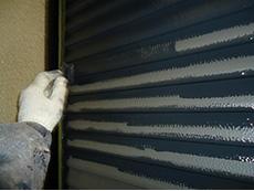 長岡京市の屋根外壁塗装リフォーム。雨戸は鉄なので、錆止めを塗ってから上塗り塗料で仕上げます。
