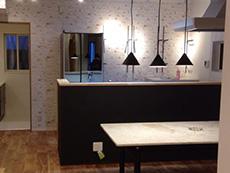 大山崎町のリビングリノベーション。大理石調のお気に入りのテーブルがキッチンの前にあります。