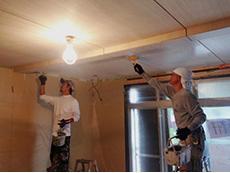 ライオンホームでリノベーション。天井の板にクリアの仕上げ塗料を塗っています。
