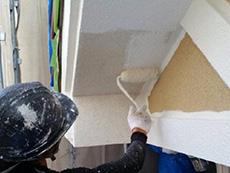 長岡京市の外壁塗装リフォーム。日が当たらない軒裏には、外壁とは違う専用の塗料を塗ります。