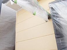 長岡京市の外壁屋根塗装リフォーム。塗料がついてはいけない場所は、ビニールで保護しています。