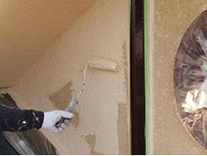 長岡京市の屋根外壁塗装リフォーム。外壁に塗っている塗料の色はミッドビスケット。優しいクリーム色のような感じです。シンナーなどで薄めずに原液のまま塗っています。