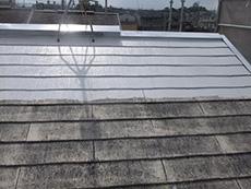 大山崎町の外壁屋根塗装リフォーム。屋根に1回目を塗り始めました。塗料の密着性を上げる接着剤のような下塗り材を塗ります。