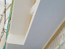 長岡京市の外壁塗装リフォーム。軒裏天井が塗り終わりました。キレイなホワイトです。塗りにくい場所もしっかり手塗りで行いました。