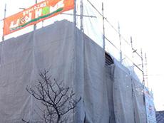 長岡京市の屋根外壁塗装リフォーム。足場を立てた周りに、塗料が飛散しないようにメッシュシートを張りました。