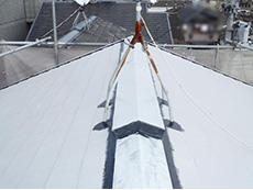 大山崎町の外壁屋根塗装リフォーム。1回目の下塗り材を塗り終わりました。真っ白な屋根になっています。この下塗り材は塗ると白くなるのです。