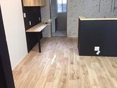 大山崎町のリビングリノベーション。リビングダイニングキッチンの床は無垢のフローリングです。フローリングの上から、商品と同じレベルの高い安全性を持つ、自然の植物油で出来たドイツの自然塗料を塗りました。
