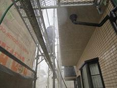 長岡京市の屋根外壁塗装リフォーム。塗装の前には、汚れやコケを落とすために高圧洗浄機で洗います。塗料の密着を高める為に必要な作業です。