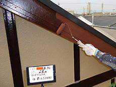 長岡京市の屋根外壁塗装リフォーム。外壁の木で出来たアクセントボーダーはリーガルブラウン。明るい茶色に塗っています。