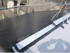 大山崎町の外壁屋根塗装リフォーム。屋根2回目。色を塗っていきましょう。アステックペイント社の無機ハイブリッドJYIR。濃いグレーです。