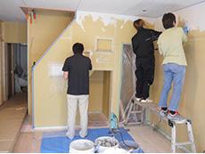 ライオンホームのリノベーション。リビングの壁にお客様ご家族で漆喰を塗っているところです。