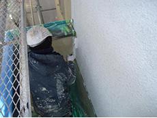 長岡京市の屋根外壁塗装リフォーム。外壁1回目の下塗り材、ホワイトフィラーを塗っています。軽いひび割れがある下地に塗ると、次に塗る塗料の効果がより発揮されます。