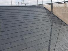 長岡京市の外壁屋根塗装リフォーム。スチールグレーという落ち着いた黒の塗料を屋根に塗っています。2回目の塗装が塗り終わったところです。