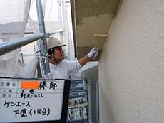 長岡京市の屋根外壁塗装リフォーム。軒裏天井を塗っています。外壁と違う軒天専用の塗料で塗ります。