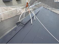 大山崎町の外壁屋根塗装リフォーム。塗装中の屋根です。2回目を塗り終わったところですが、ツヤツヤの光沢です。アステックはこの輝きが特徴です。