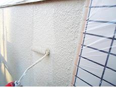長岡京市の屋根外壁塗装リフォーム。外壁2回目も手塗りローラーで塗っているところです。アステックペイント社の3分艶の塗料は、控えめな艶が特徴です。色はクエリー。