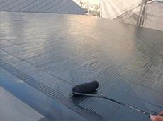 長岡京市の外壁屋根塗装リフォーム。屋根の3回目が塗り終わりました。ローラーで手塗りしていき、素晴らしい光沢が出ています。アステックペイントはこの光沢が特徴です。