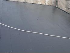 大山崎町の外壁屋根塗装リフォーム。スチールグレーに塗り終わった屋根です。この塗料は汚れにくく雨でセルフクリーニングしてくれます。建物の動きに対応してひび割れを起こりにくくします。