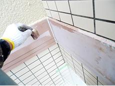 長岡京市の屋根外壁塗装リフォーム。外壁に真ん中に木のアクセントボーダーが張られています。下塗り材を塗ってから上塗りで仕上げます。