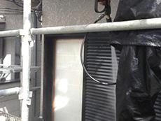 長岡京市の外壁屋根塗装リフォーム。外壁の汚れやコケを高圧洗浄機で洗い落としているところです。