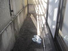 長岡京市の屋根外壁塗装リフォーム。リフォーム前のバルコニーの床。黒ずんで汚れています。