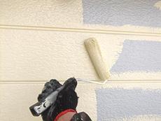 大山崎町の外壁屋根塗装リフォーム。外壁を手塗ローラーで塗っているところです。塗料はアステックペイント社シリコンフレックスJY。色はライトクリームです。