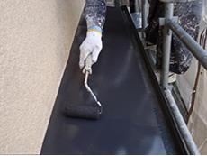 長岡京市の屋根外壁塗装リフォーム。錆止めを塗った上から2液性シリコンで上塗りします。