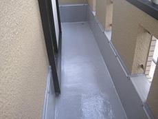 長岡京市の屋根外壁塗装リフォーム。バルコニーの防水加工が完成しました。FRP防水という施工方法で、紫外線や摩擦に強いウレタン・トップコートをコーティングしました。
