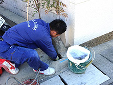 長岡京市の屋根外壁塗装リフォーム。植物の植え替えをしようとしています。
