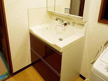 長岡京市の洗面台リフォーム。リフォーム後の洗面台です。凹凸の少ないスッキリしたデザインの洗面台。トクラス洗面化粧台 エポック。