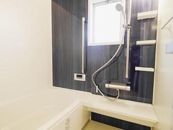 長岡京市のキッチン浴室リフォーム。リフォーム後のお風呂です。リクシルシステムバスルーム アライズは、お湯が冷めにくい浴槽とフタのダブル保温構造です。