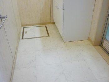 ライオンホームの洗面台リフォーム。完成した床です。白い大理石調のフロアタイルになりました。この洗面台はボウルが前に飛び出ないので広く感じます。TOTO洗面化粧台リモデア 色はホワイトです。