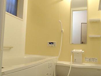 大山崎町の浴室・洗面室リフォーム。浴室リフォームが完成しました。浴室内の正面の壁はパラレルイエロー、周りはパラレルホワイトです。洗い場の床は滑りにくく水はけのよい、フラッグストーンフロアーです。1坪タイプは足も伸ばせて最高です。