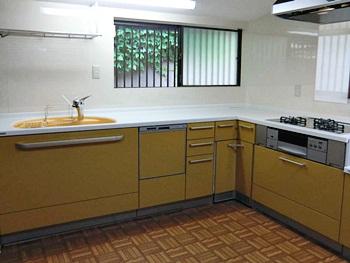 大山崎町のキッチンリフォーム。壁に白いキッチンパネルを張り付けたので、汚れも簡単に拭き取れ、お掃除が楽になります。