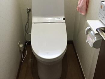 長岡京市のトイレリフォーム。従来品と比べると年間14200円もお得な節水トイレです。お子さまも使いやすい高さでボウルも広い手洗い器。停電時安心設計付きです。