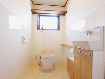 長岡京市のトイレリフォーム。リフォーム後のトイレです。壁のタイルだった部分はお掃除のしやすいパネル仕上げに。