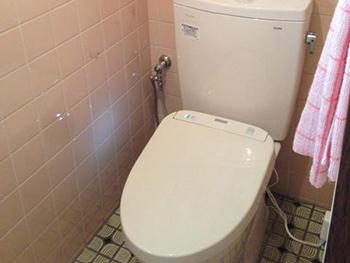 大山崎町のトイレリフォーム。リフォーム後の便器は、アプリコットF3A。使用前にキレイ除菌水というミストが自動で散布され、便器を清潔に保てる人気シリーズです。お湯は瞬間式でお湯切れの心配がなく、エコ小洗浄まで選べる超節水便器です。