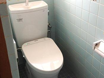 大山崎町のトイレリフォーム。手洗い付きの便器にリフォームが完成しました。ホワイトで清潔感があります。ウォシュレットアプリコットは、ご使用前にキレイ除菌水を自動散布してくれます。便器をいつもキレイに保護する機能がついている人気タイプです。自動節電機能もついている賢いウォシュレットです。