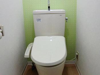 ライオンホームでトイレリフォーム。トイレのリフォームが完成しました。便器後ろの壁ライムグリーンのクロスがアクセントになっています。