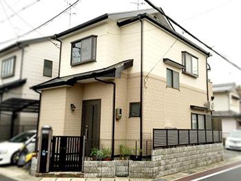 長岡京市の屋根外壁塗装リフォーム。塗装後の外観です。上がアイボリー、下が明るいベージュのツートンカラーの外壁になりました。外壁にはガイナを塗り、屋根には特殊高耐久塗料のアステックを塗りました。