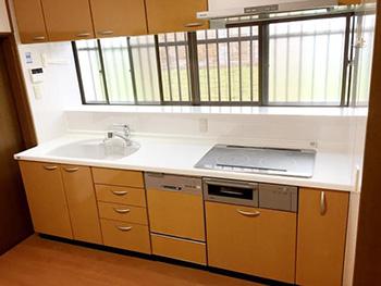 ライオンホームでキッチンリフォーム。リフォーム後のキッチンです。天板が真っ白になり、シンクも白になりました。まるで全て新品のようにキレイです。