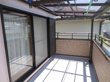 長岡京市の外壁塗装とバルコニー増築リフォーム。リフォーム後の広くなったバルコニーにお日様がたくさん当たっています。アルミのテラスを取り付け、お洗濯物もたくさん干せるワイドな竿掛けもついています。